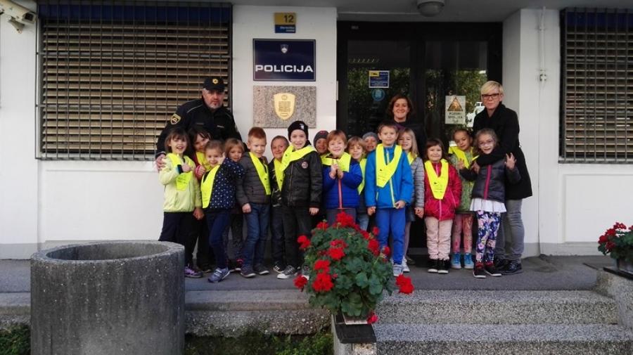 Prvošolci s policistom